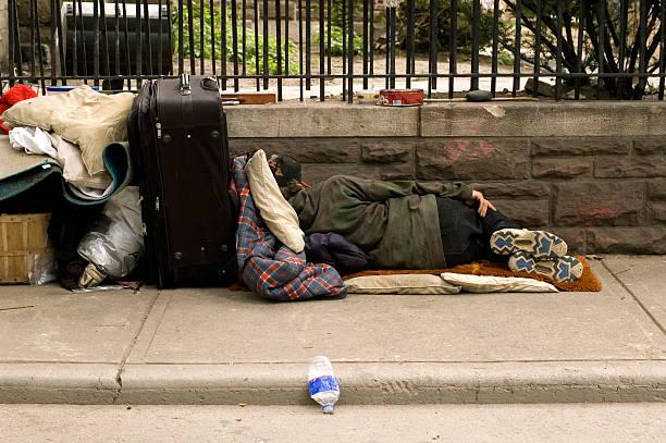 senzatetto dormire - donna valigia solitudine foto e immagini stock