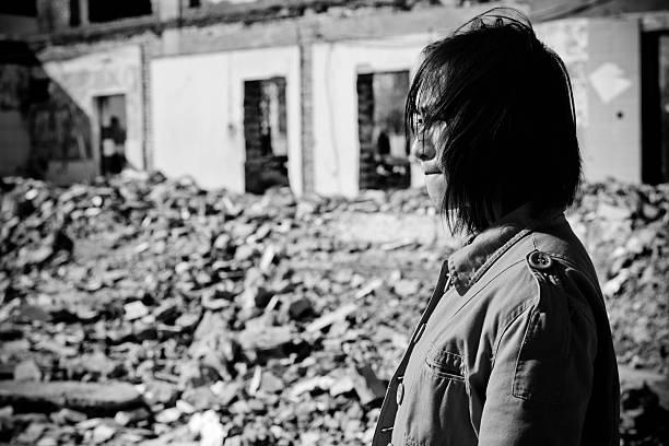 obdachlos frau weint-xl - sos einzelwort stock-fotos und bilder