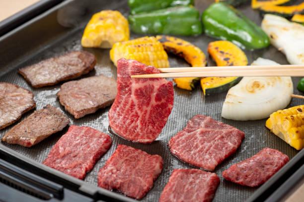 heimelig gegrilltes fleisch - teppan yaki grill stock-fotos und bilder