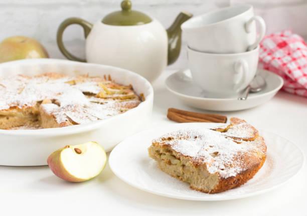 hausgemachte apfelkuchen mit zimt und utensilien für tee auf dem tisch - klopapiertorte stock-fotos und bilder