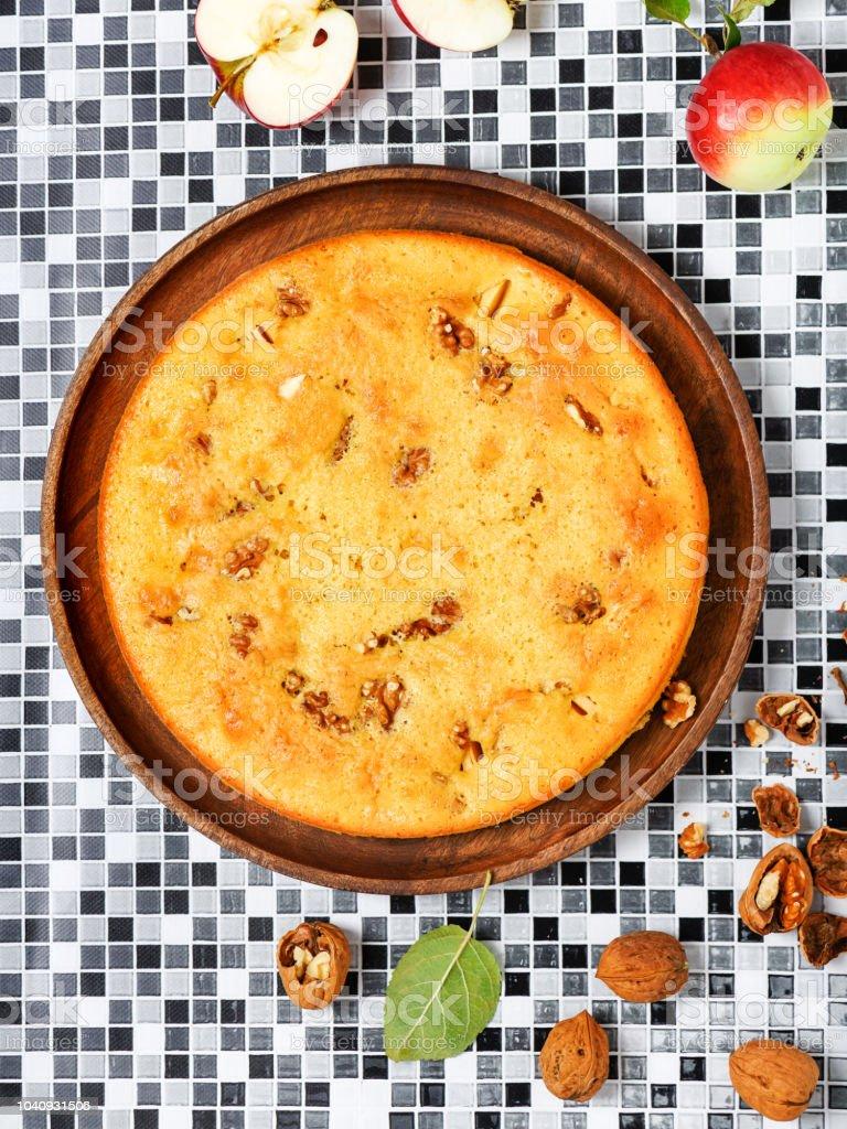 Torta de maçã caseira, noz com ingredientes orgânicos. - foto de acervo