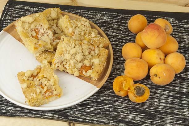hausgemachte und aprikosen-kuchen auf einem teller. - quittenkuchen stock-fotos und bilder