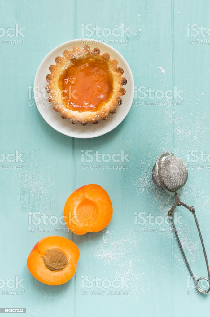 Homemade apricot cake on turquoise wooden background. - foto stock