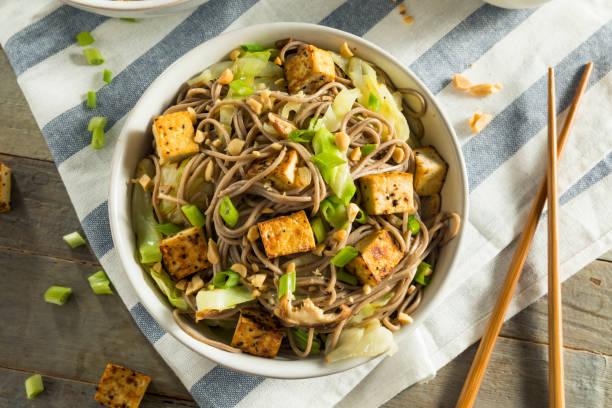 zelfgemaakte aziatische tofu soba noodle bowl - vleesvervanger stockfoto's en -beelden