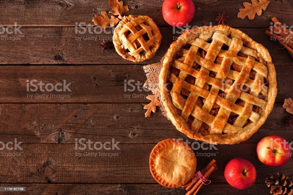 Homemade autumn apple pie, top view corner border over a rustic wood background - Royalty-free Acima Foto de stock