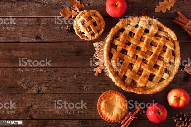 Homemade Autumn Apple Pie Top View Corner Border Over A Rustic Wood Background - Fotografias de stock e mais imagens de Acima