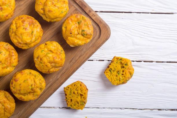 hausgemachte gebackene muffins mit käse - käsemuffins stock-fotos und bilder
