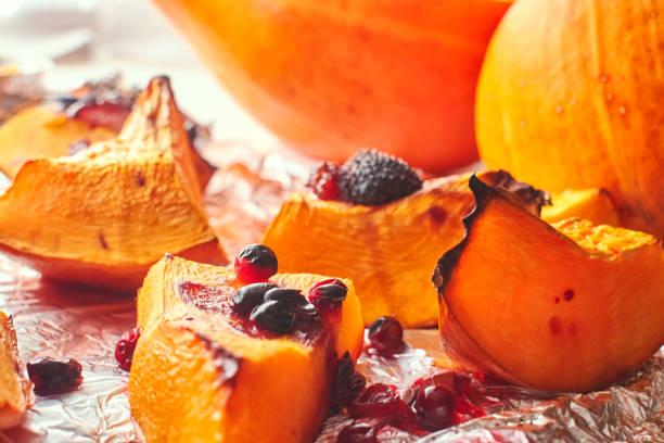 Abóbora doce assada caseira com close-up cranberries - foto de acervo