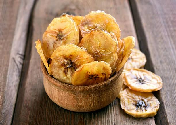 hausgemachte banana-chips - gebackene banane stock-fotos und bilder