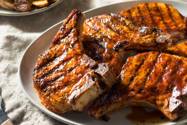 hausgemachte barbecue-pork-chops - gegrilltes schweinekoteletts stock-fotos und bilder