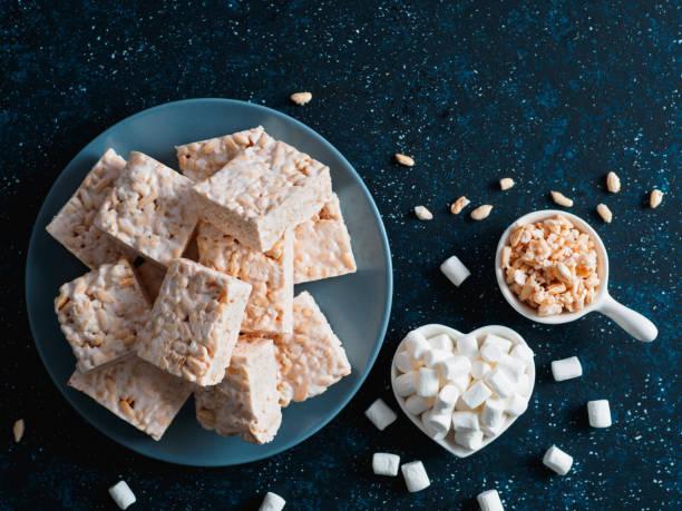 homemade bars of marshmallow and crispy rice - estaladiço imagens e fotografias de stock