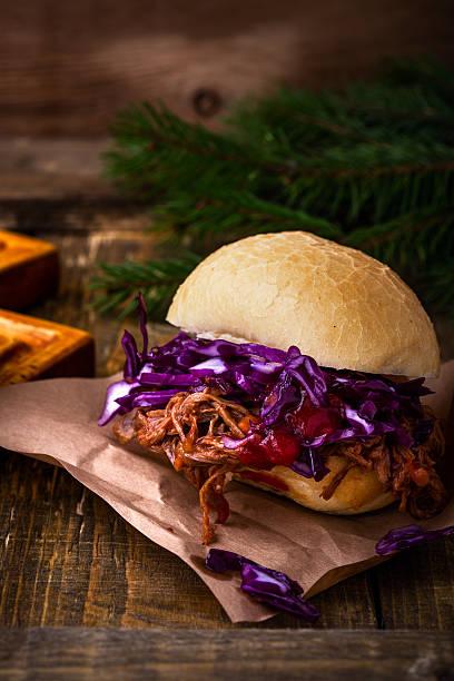 homemade bbq beef burger with crunchy red cabbage slaw - schnelles weihnachtsessen stock-fotos und bilder