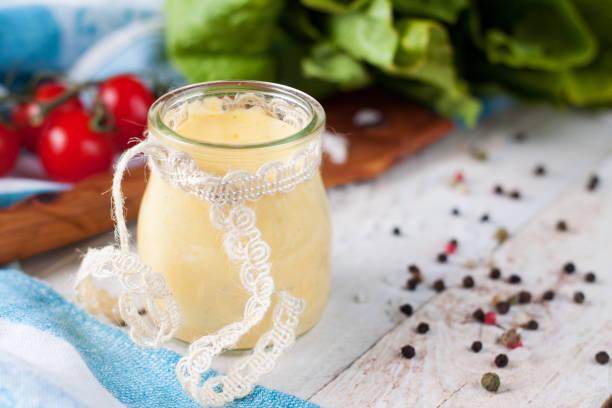 hausgemachter bearnaise oder mayonnaise-sauce im glas - sauce bernaise stock-fotos und bilder
