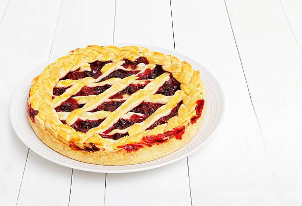 Homemade berry pie with cherries and raspberries - foto de stock
