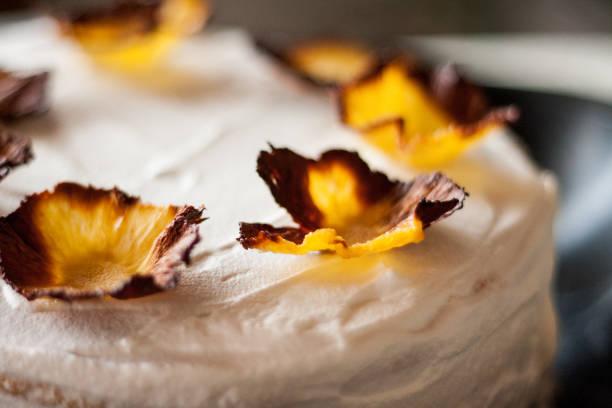 hausgemachte geburtstagstorte - ananaskuchen stock-fotos und bilder