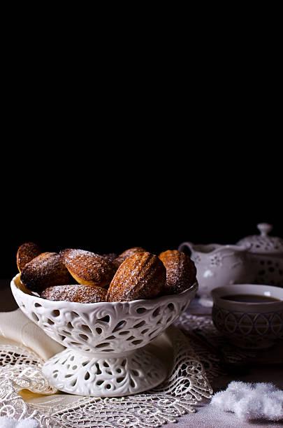 homemade biscuits madeleines - französisches haus dekor stock-fotos und bilder