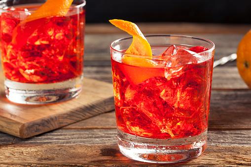 Homemade Boozy Negroni Cocktail Foto de stock y más banco de imágenes de Alimento