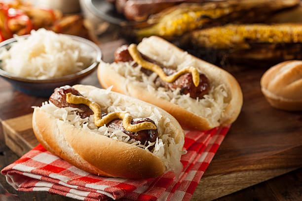 hausgemachte bratwurst mit sauerkraut - bratwurst mit sauerkraut stock-fotos und bilder