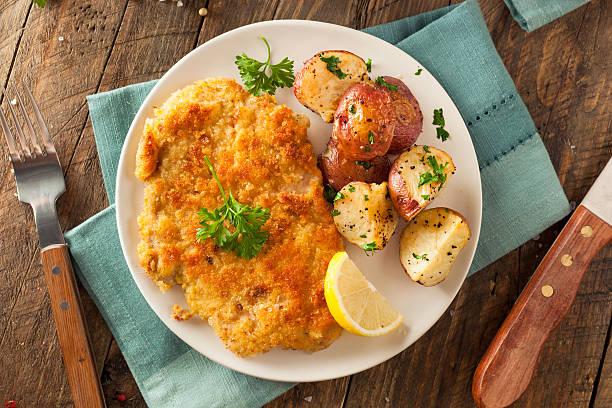 cotoletta tedesco weiner schnitzel fatti in casa - pangrattato preparazione degli alimenti foto e immagini stock