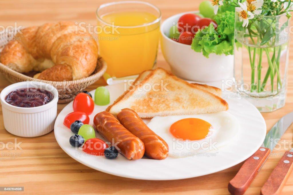 Petit déjeuner maison avec adret œuf frit toast saucisson fruits légumes  fraise confiture et jus d bc8bf3a413bb
