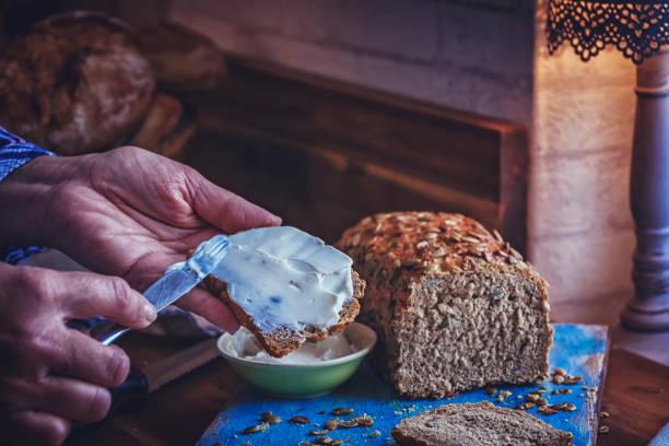 pan de semillas de café casero - pan multicereales fotografías e imágenes de stock