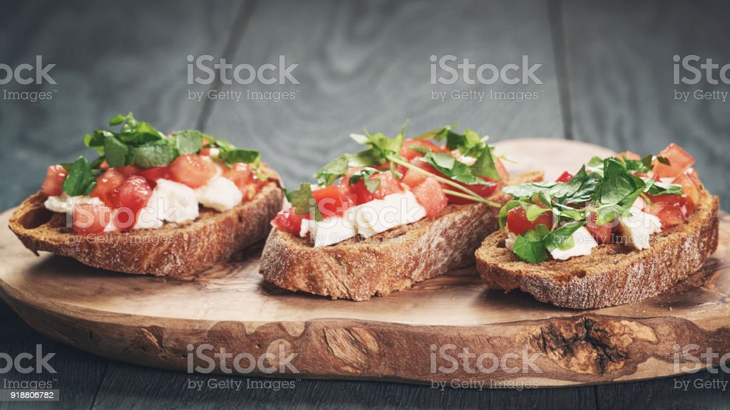 homemade bruschetta with cheese and vegetables - foto stock