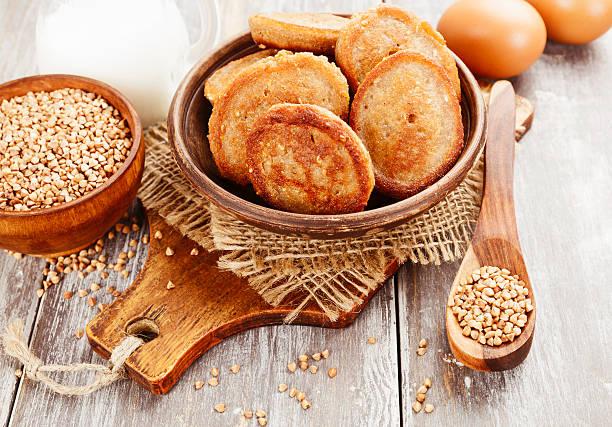 hausgemachte pfannkuchen mit buchweizen - buchweizenpfannkuchen stock-fotos und bilder