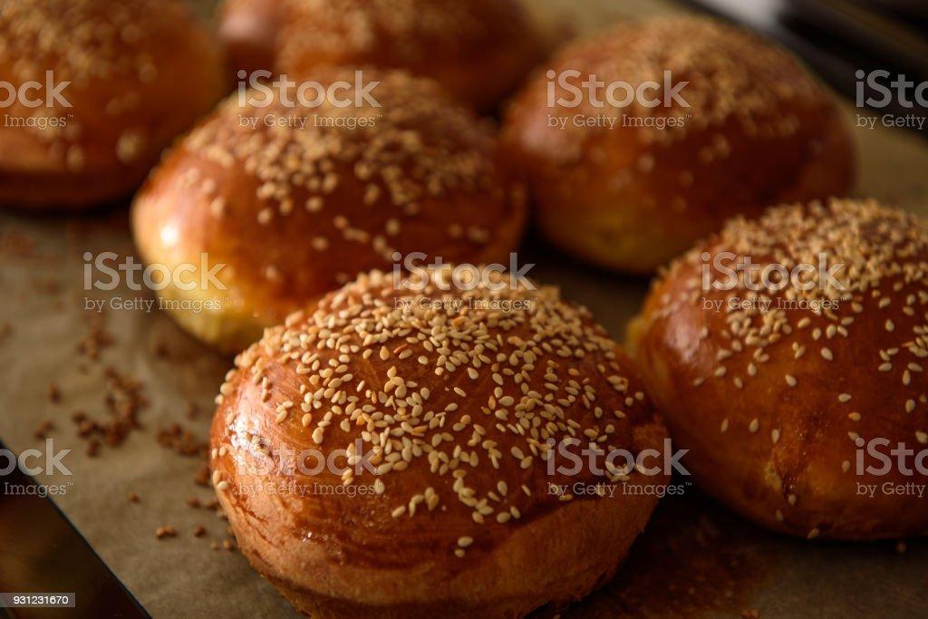 burger maison roule saupoudré de sésame, les graines sont cuites au four - Photo