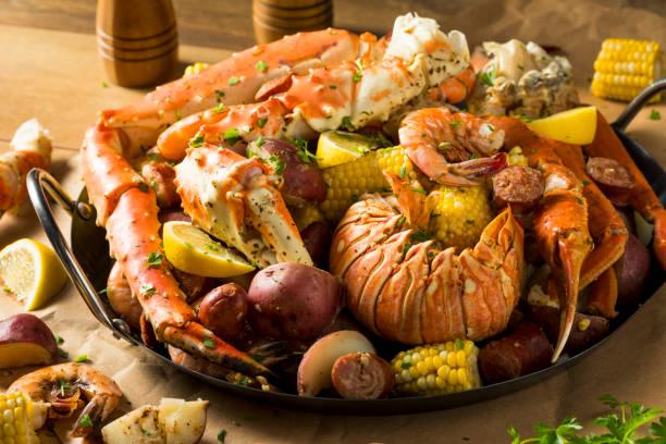 hausgemachte cajun seafood kochen - fische und meeresfrüchte stock-fotos und bilder