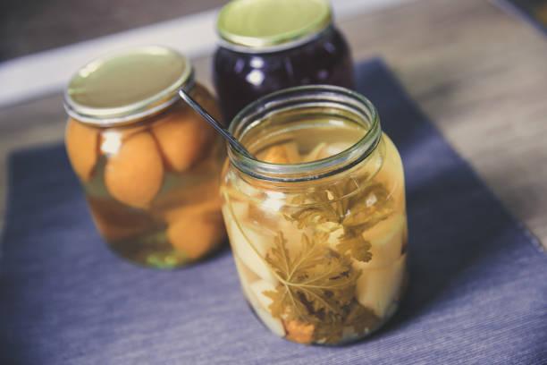Eigengemaakt ingeblikt sap van peer en abrikozen foto