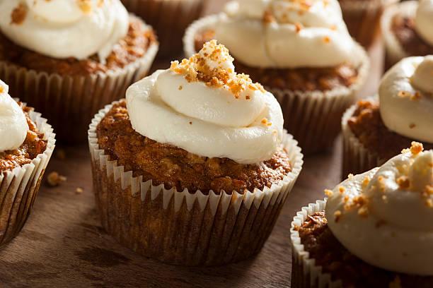 hausgemachte carrot cupcakes mit frischkäse-zuckerguss - vanille muffins stock-fotos und bilder