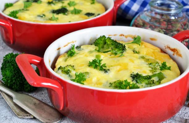 hausgemachten auflauf mit brokkoli und käse. - huhn brokkoli auflauf stock-fotos und bilder