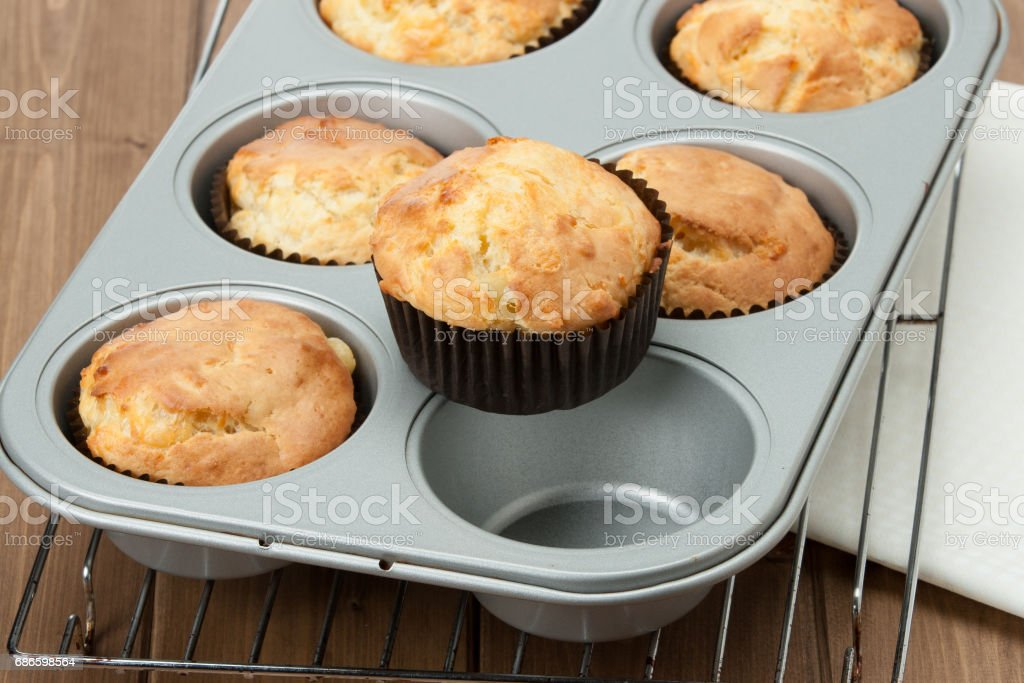 Homemade Cheddar Muffins In Baking Tray. Wooden Table. photo libre de droits