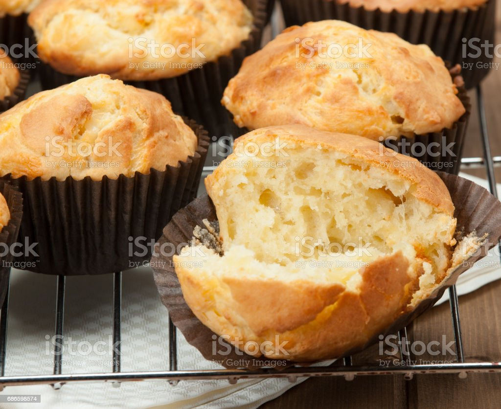 Homemade Cheddar Muffins In Paper Cases. Wooden Table. photo libre de droits