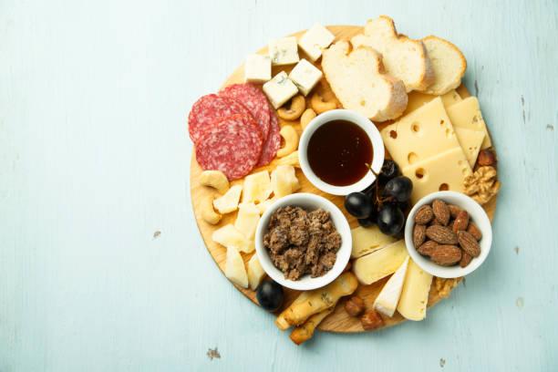 hausgemachte käse vom brett - brotschneidebrett stock-fotos und bilder