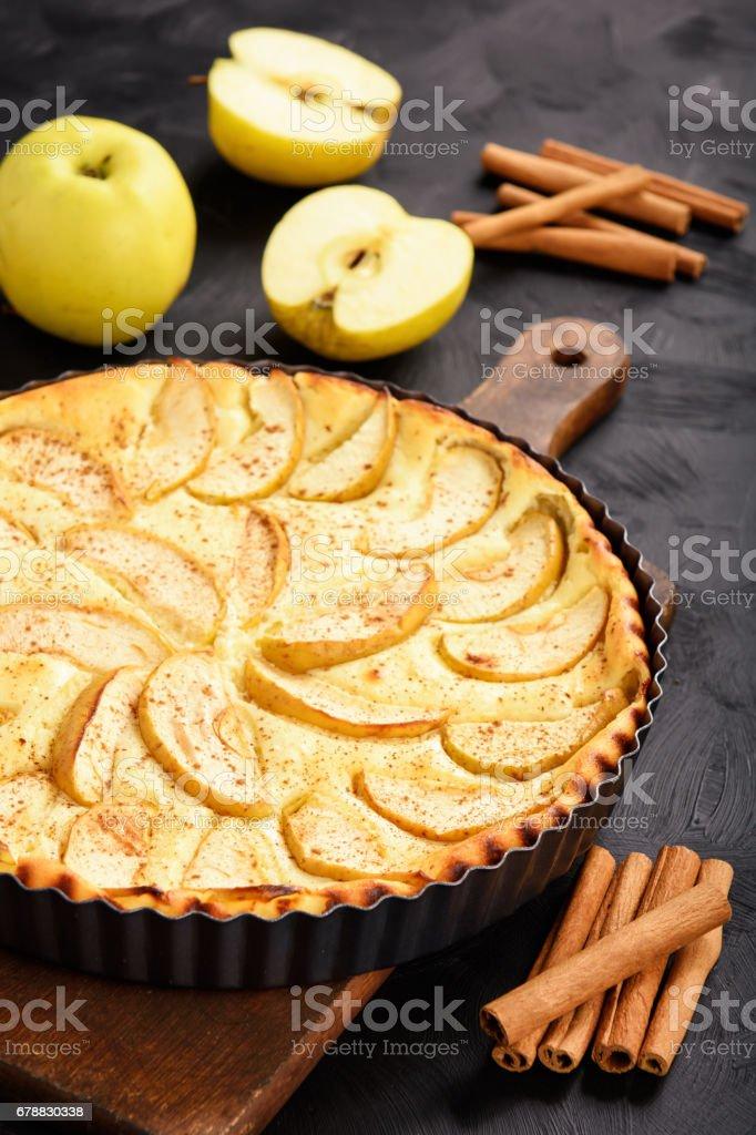 Ev yapımı peynir pasta elma ve tarçın ile. royalty-free stock photo