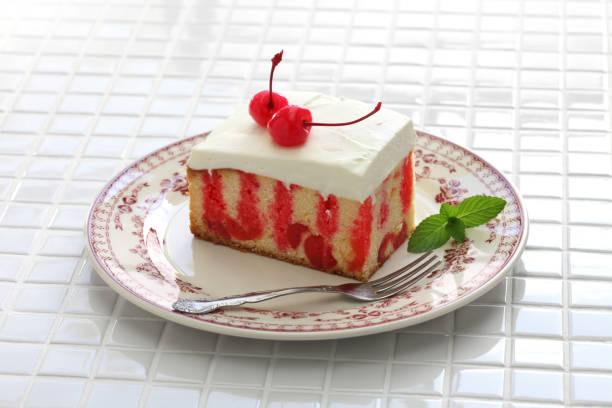 hausgemachte kirsche poke-kuchen - löcherkuchen stock-fotos und bilder