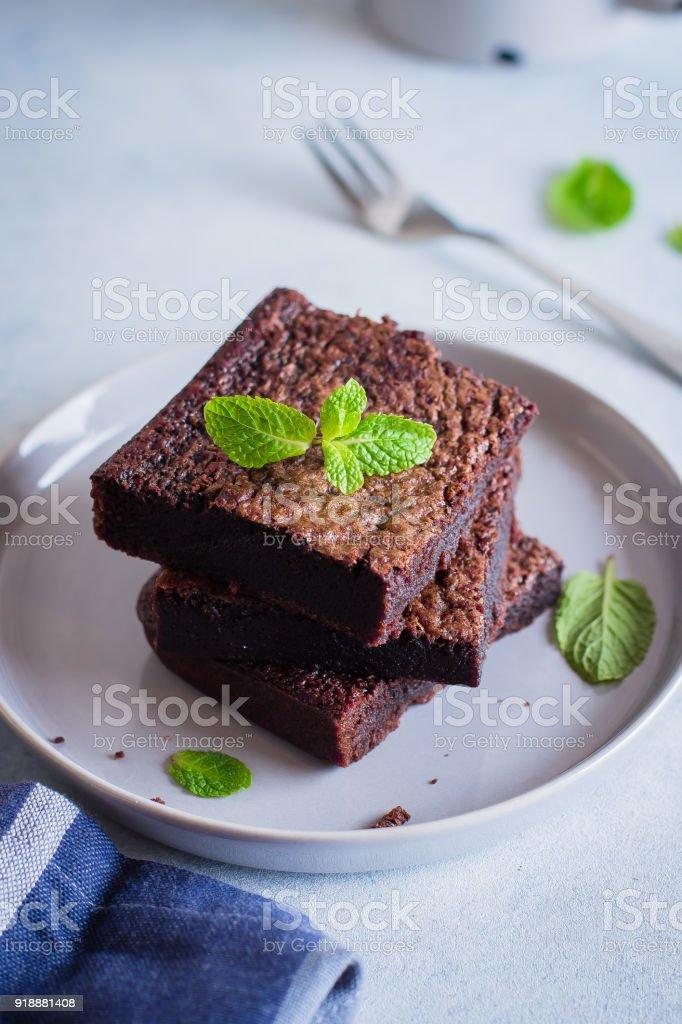 Brownies de chocolate caseiros no fundo de pedra azul - foto de acervo