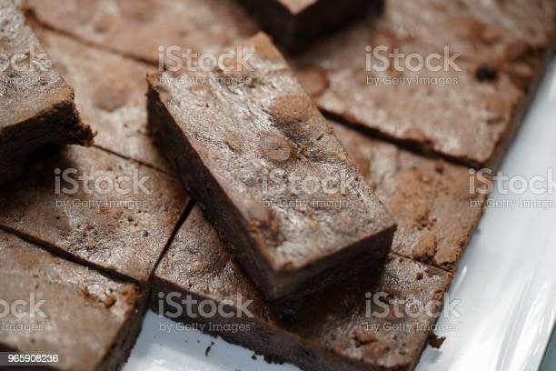 Домашнее Шоколадное Пирожок На Белом Диске — стоковые фотографии и другие картинки Глазурь