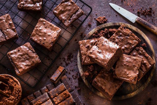 brownies caseros de chocolate filmados desde arriba - postre fotografías e imágenes de stock