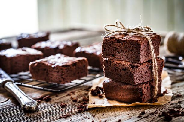 hemlagad choklad brownies sköt på rustika trä bord - brownie bildbanksfoton och bilder