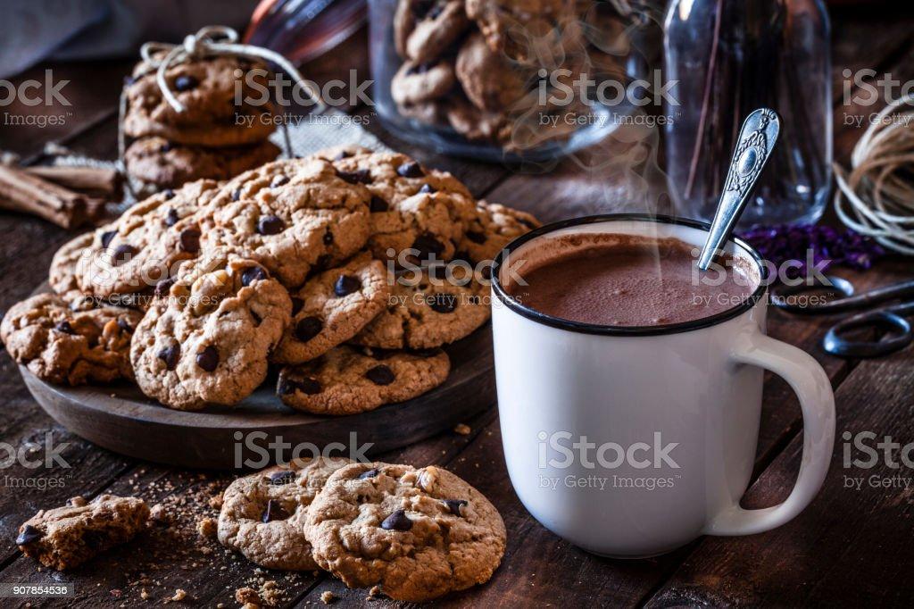Bolinhos de microplaqueta de chocolate caseiro e caneca de chocolate quente - foto de acervo