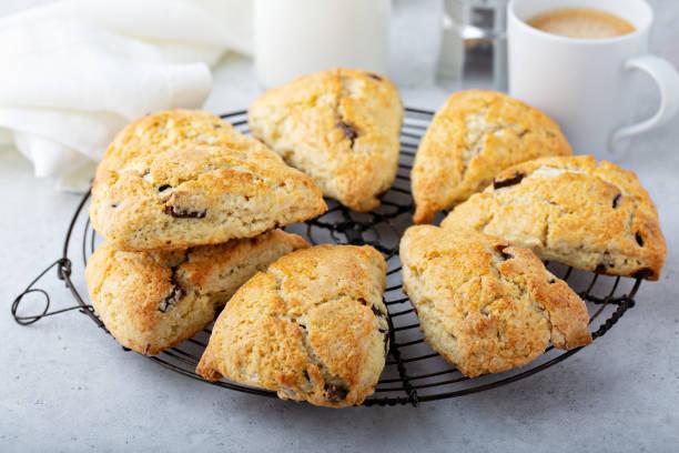 hemlagad choklad chip scones - scone bildbanksfoton och bilder