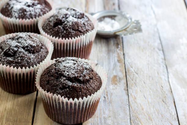 hausgemachte schokoladen-muffins - heiße schokoladen cupcakes stock-fotos und bilder