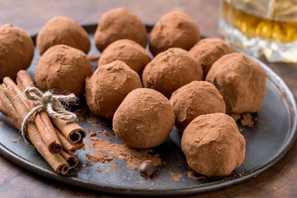 hausgemachte pralinen - schokoladen trüffeltorte stock-fotos und bilder