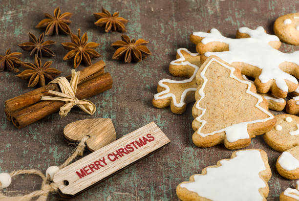 Homemade Christmas biscuits, star anise and cinnamon on rustic background. - foto stock