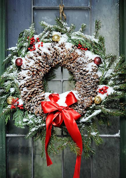 hausgemachte weihnachtskranz - türbänder stock-fotos und bilder