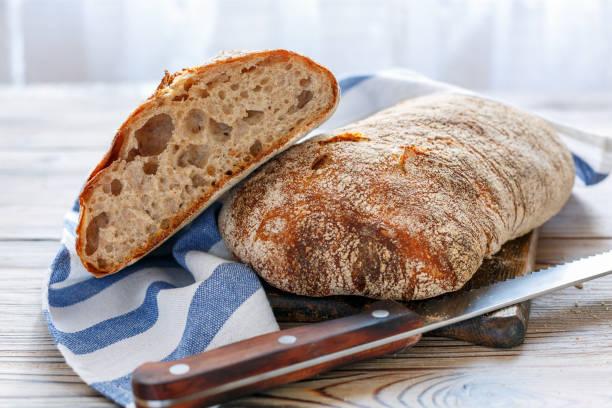 효 모에 대 한 전체 곡물 호 밀 가루로 만든 ciabatta. - 치아바타 빵 뉴스 사진 이미지