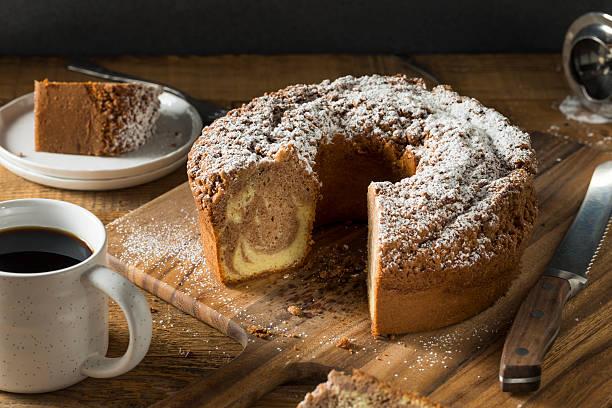 homemade cinnamon coffee cake - hausgemachte zuckerplätzchen stock-fotos und bilder