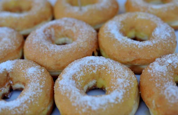 hausgemachte bunte donuts mit schokolade und zuckerguss glasur, süß puderzucker zucker essen - apfelweinkuchen stock-fotos und bilder